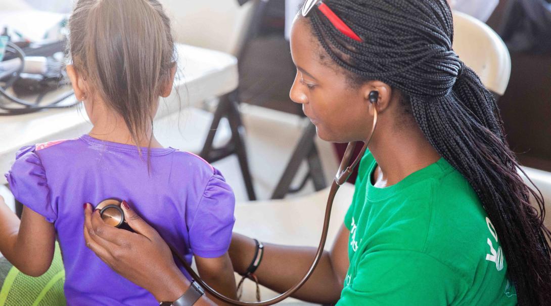 En su voluntariado médico durante su año sabático antes de la universidad, estudiante explora el campo de la Medicina.